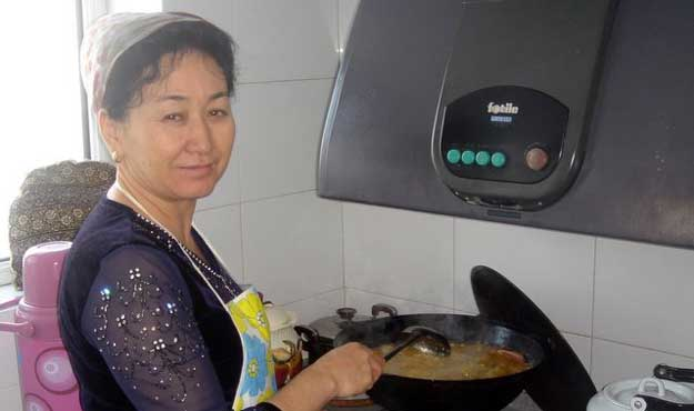 Ugyhur hostess teaches Uyghur customs