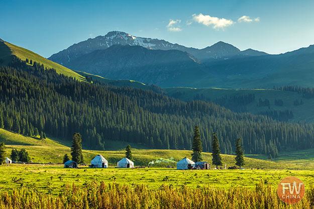 Xinjiang's Narat grasslands with yurts (Nalati)